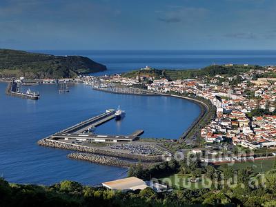 Blick auf Horta, vorne der Fährhafen von Horta, Faial, Azoren, Portugal