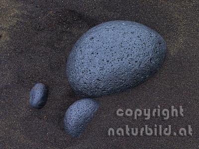 Lavasteine im Sand, Faial, Azoren, Portugal