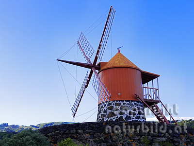 Windmühle, Roter Holzturm auf Stein, Insel Pico, Azoren, Portugal,