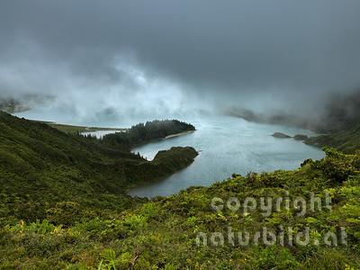tiefliegende Wolken über dem See, Insel Sao Miguel, Azoren, Portugal,