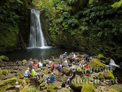 Wasserfall, Wanderer bei der Rast, bei Faial da Terra, Insel Sao Miguel, Azoren, Portugal,