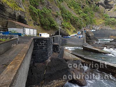 Am Fuße der Steilküste, Hafen von Capelas, Insel Sao Miguel, Azoren, Portugal,