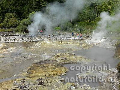 Geysirfeld, Besucher auf den Stegen, Beim Lago das Furnas, Insel Sao Miguel, Azoren, Portugal,