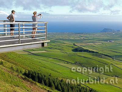 Schachbrettartige Felder, Aussichtsplattform, mit Besucherpaar, Junge Frau fotografiert, Serra do Cume, Insel Terceira, Azoren, Portugal,