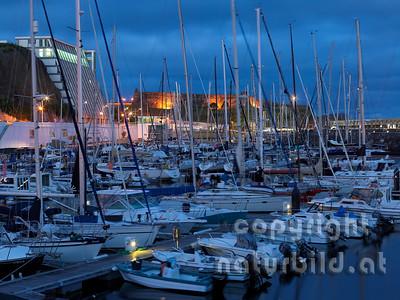 Abendstimmung, schwere Wolken, hinten beleuchtete Festungsmauer, Jachthafen, Angra, Terceira, Azoren, Portugal