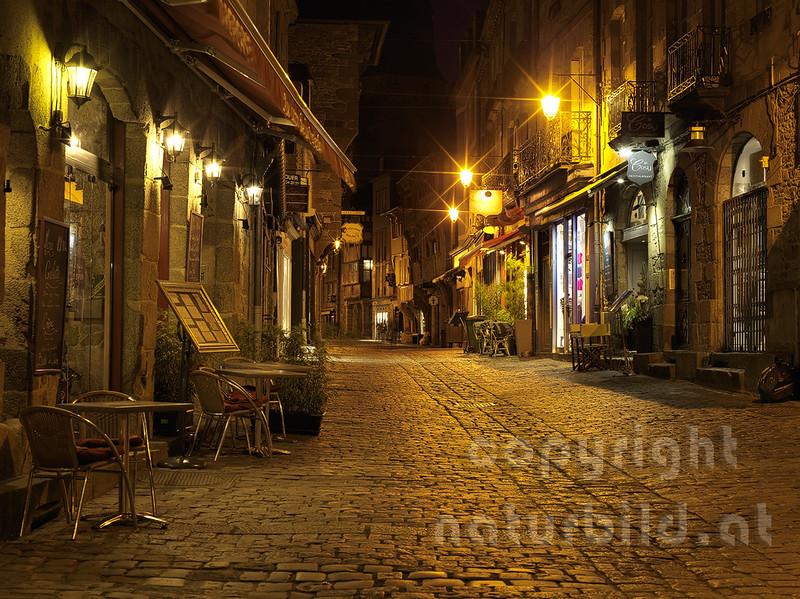 16B-01-159 - Altstadtgasse in Dinan bei Nacht