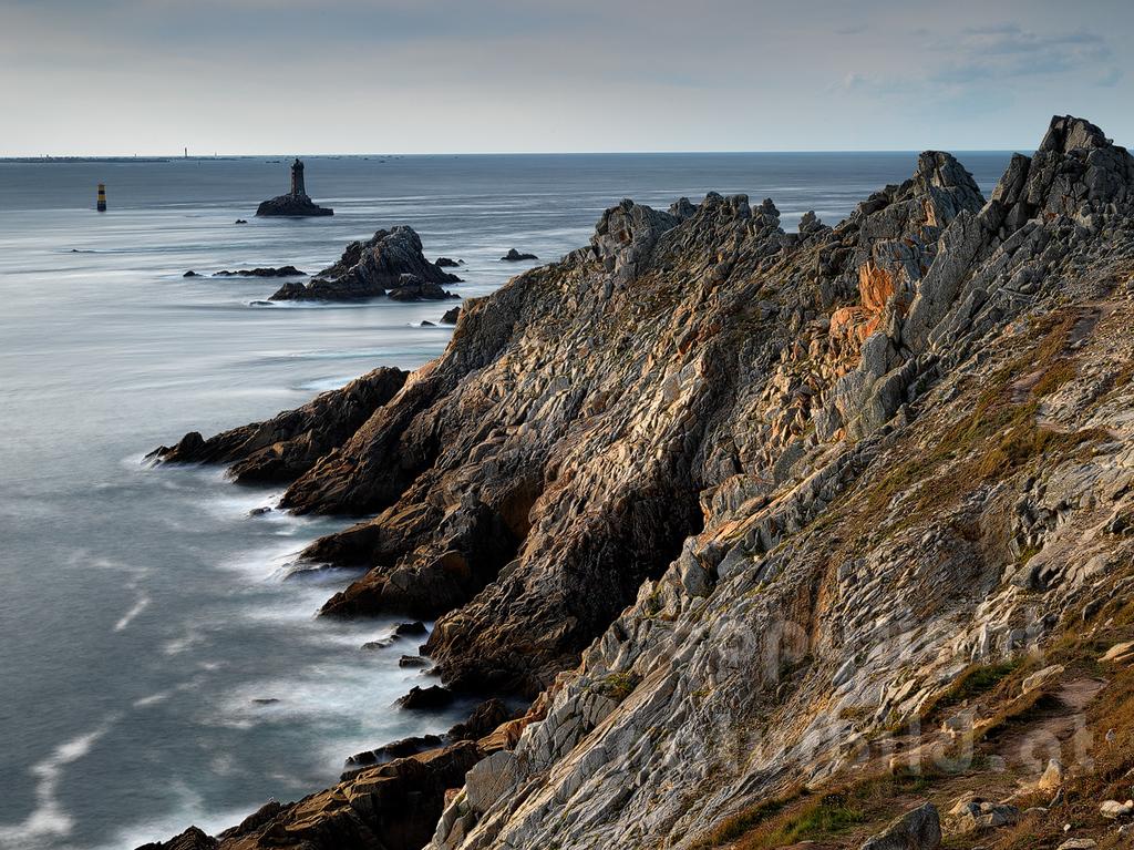 Landende am Cap Sizun, am Horizont die Insel Sein. Département Finistère - Bretagne - Frankreich