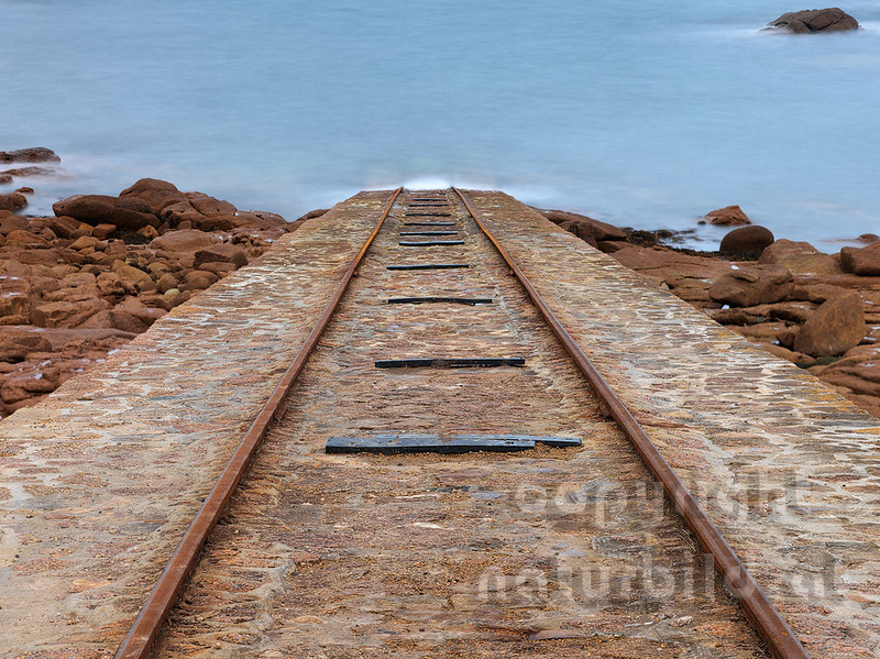 16B-02-62 - Schienen in das Meer