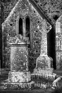 Typische Steinerne Hochkreuze vor dem nördlichen Querschiff. Grafschaft Tipperary - Irland