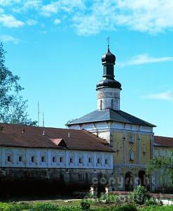Die Lestwitschnik Kirche ist über dem Heiligen Tor gebaut worden, welche die Neustadt vom Uspenski Kloster trennt. Das Uspenski Kloster ist ein Teilbereich des Kirillo Beloserski Klosterkomplexes. Goritzy - Kirillow - Russland