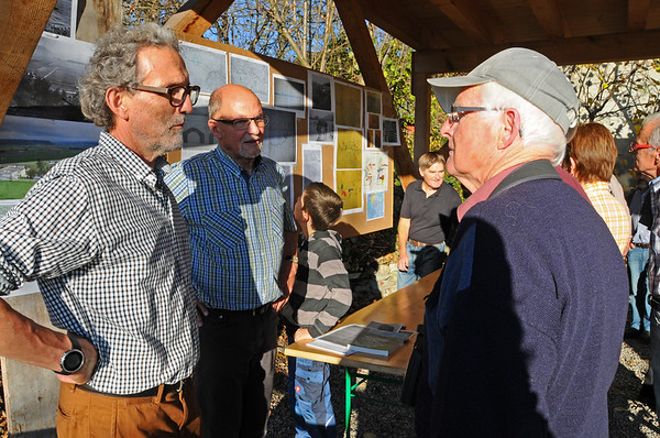 Edi Gassmann (links) und Peter Manz beim Diskutieren mit interessierten Gästen