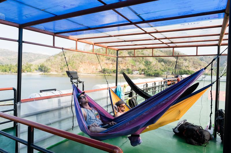 Schon besser: für die längere Strecke von Lombok zürück nach Bali spannen wir unsere Hängematten unter ein Sonnendach. Reisen mit Stil!