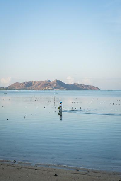 Eine Algenbäuerin bei der täglichen Arbeit in der Lagune