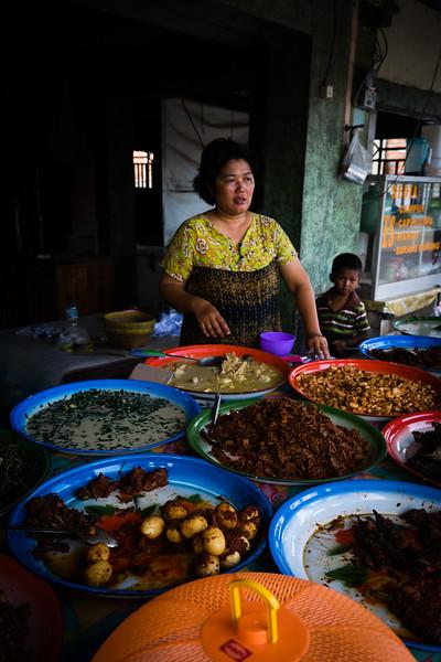 Meist essen wir in Warungs, Straßenständen oder einfachen Häusern, in denen lokales Essen angeboten wird