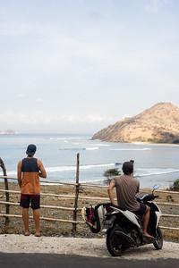Unser tägliches Ritual: mit dem Roller die Wellen checken.