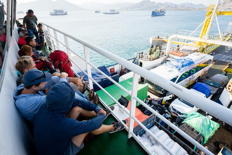 Die Fähre von Sumbawa nach Lombok bietet keinen Platz für die Hängematten.