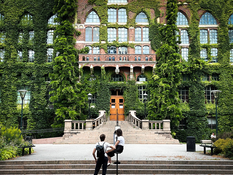 Framför Universitetsbiblioteket i Lund