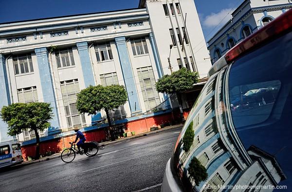 BIRMANIE. RANGOON OU YANGON. PANSODAN STREET LE CŒUR DU QUARTIER COLONIAL. ICI LE DERNIER GRAND BÂTIMENT CONSTRUIT SOUS L ADMINISTRATION ANGLAISE 1939-41. IL APPARTIENT AUJOURD'HUI A LA MYANMAR ECONOMIC BRANCH. Rangoon possède le plus grand nombre de bâtiments coloniaux de toute l'Asie du Sud-Est.