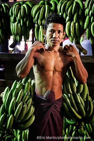 BIRMANIE. RANGOON OU YANGON. Marché de Thirimingalar. Portrait de Nyowin vendeur de bananes destinées aux offrandes dans les pagodes
