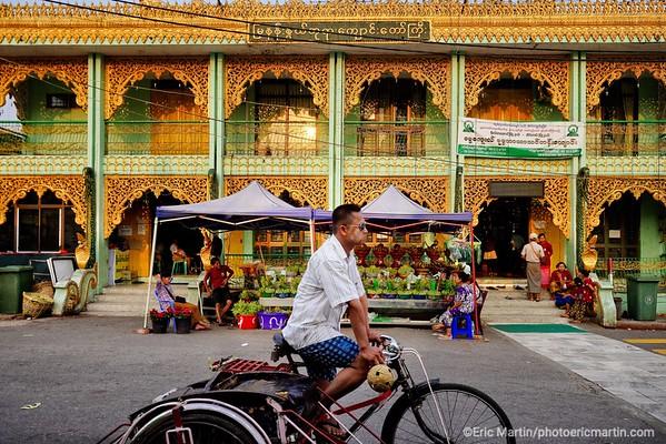 BIRMANIE. RANGOON OU YANGON. Marchand d'offrandes devant la pagode Botahtaung.