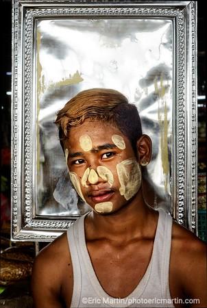 BIRMANIE. RANGOON OU YANGON. Marché de Thirimingalar. Portrait d'un marchand de legumes au visage enduit de thanaka.