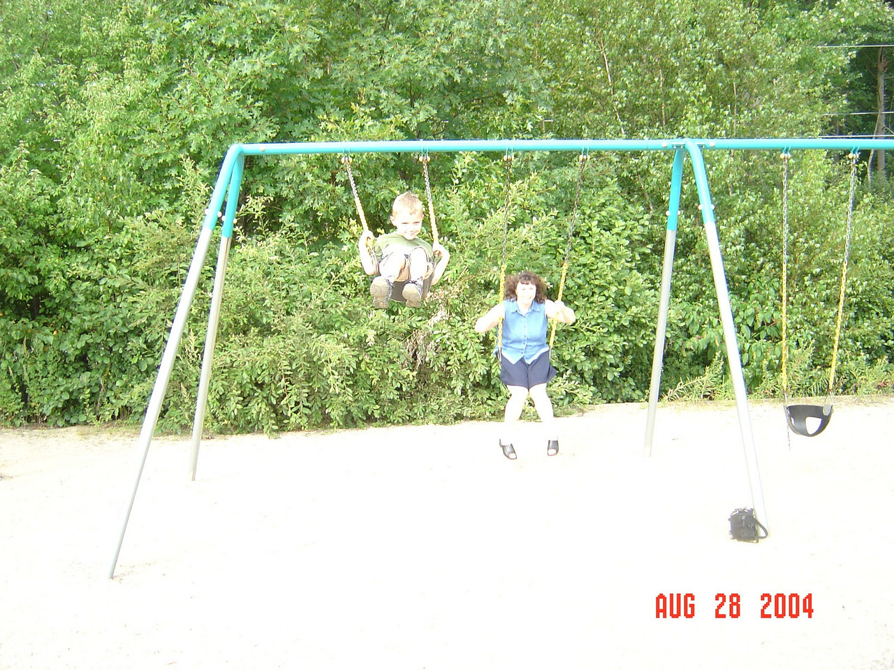 Ty_and_Mom_swing_at_Dylan's_party-08-28-04