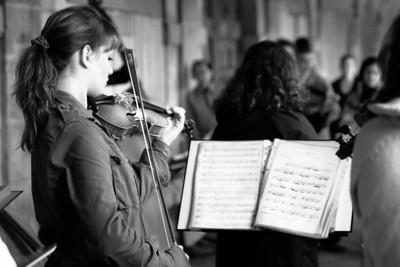 Musicienne dans le quartier du Marais, Place des Vosges, Paris, France.