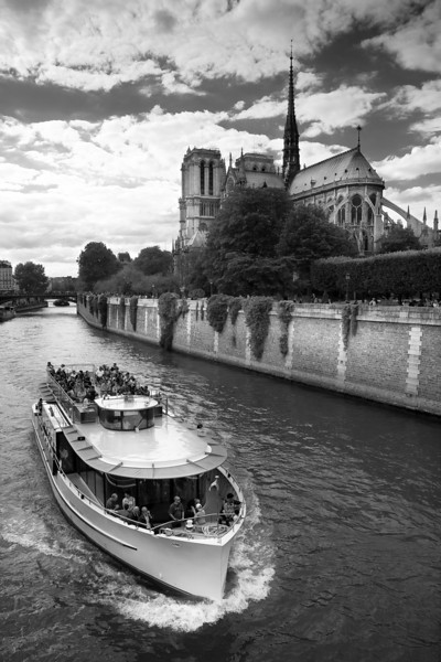 Quais de Seine and Notre-Dame cathedrale in the background, Paris, France.
