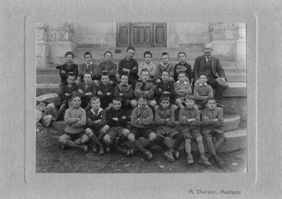 La classe de mon père René (premier rang, deuxième depuis la droite) à Orsières