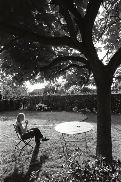 Emeline sous son arbre, Liège - F100, 20-35 et Agfa APX 25