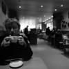 La Mama au café Van Hove - F100 et 20-35, Fuji Acros 100