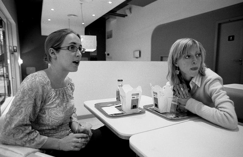 Karo et Anne-So au resto, LLN - F100, 20-35 et Tmax100