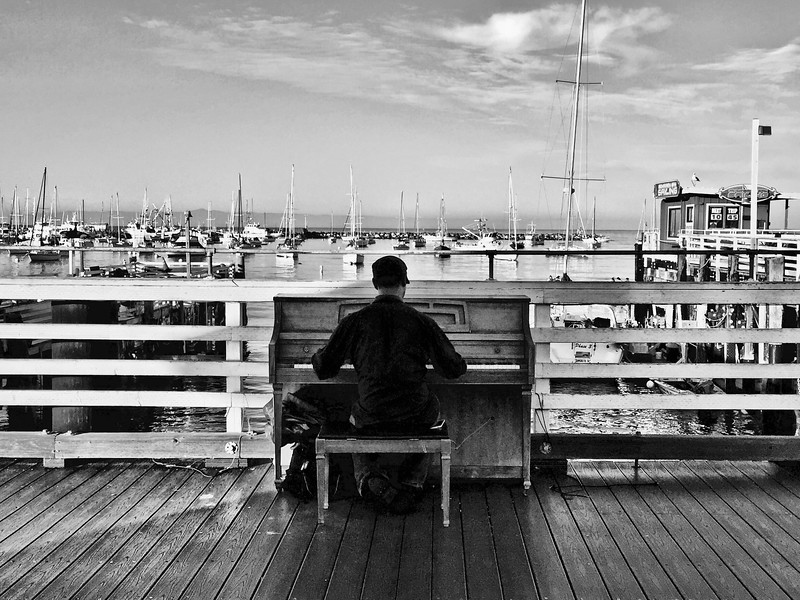 Music on the pier (b/w)