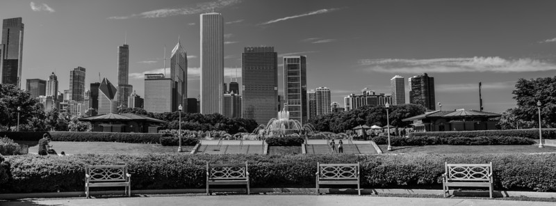 Chicago IL - Benches, Buckingham Fountain and Cityscape.