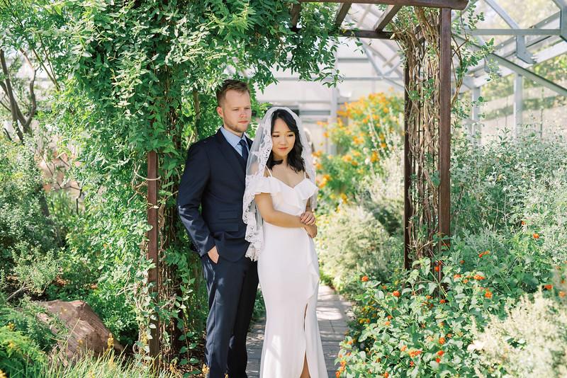 Springs Preserve Butterfly Habitat - Las Vegas Intimate Wedding Venue - desert elopement - Kristen Kay Photography | #veil #simplegown #butterflygarden #intimatewedding #elopement