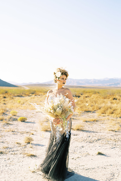 Dried floral bouquet and black wedding gown - Halloween fall desert elopement inspiration with gold details and an editorial hair style - Kristen Kay Photography - Las Vegas, Palm Springs Desert Elopements | #halloween #elopement #blacklips #gold #driedbouquet #fallwedding