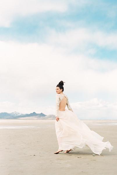 Utah Salt Flats Elopement | Florals by Sarah Winward | Kristen Kay Photography-10