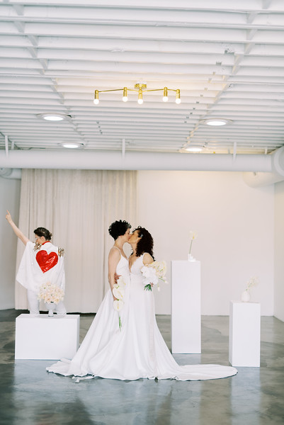 Sure Thing Chapel - minimal modern downtown Las Vegas chapel - Kristen Kay Photography - Elvis Celebrant - neutral, modern orchid, rose, and lilly floral bouquets by Flora Pop-5