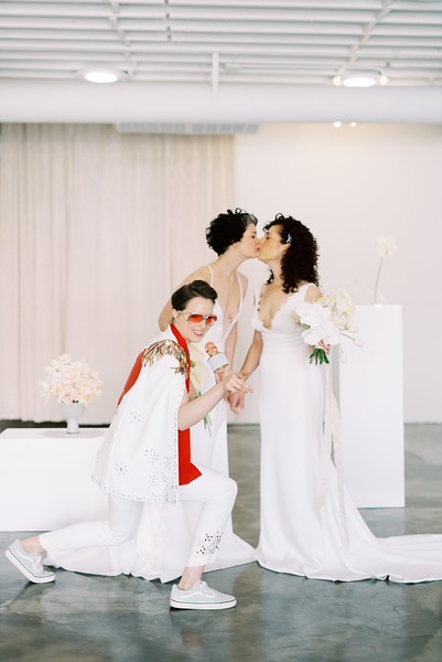 Sure Thing Chapel - minimal modern downtown Las Vegas chapel - Kristen Kay Photography - Elvis Celebrant - neutral, modern orchid, rose, and lilly floral bouquets by Flora Pop-4