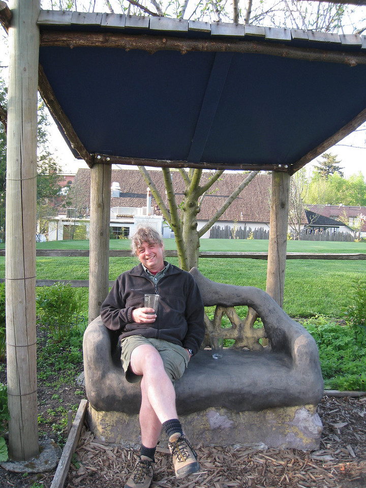 A quick after diner sit down in the Edgefield garden.