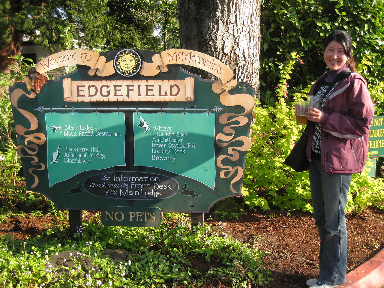 To celebrate the once year Anniversary of our Wedding Part we went to the MeMenamins Edgefiled for dinner. After a pretty cold & cloudy day the Sun came out for the evening & it warmed up. The Edgefield