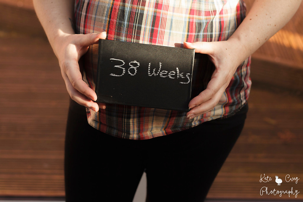 Pregnancy bump and number of weeks sign
