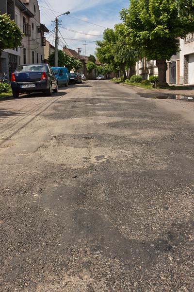 Ca sa nu stau 5 minute in loc (ca nu am rabdare) ocolesc intersectia pe strada Marsilia, singura artera daca vrei sa scapi de infundatura din centru vechi.<br /> <br /> <br /> Numai ca si altii au facut la fel si asa dintr-o data s-au inmultit masinile pe strada, si cu acelasi elan s-a distrus carosabilul.