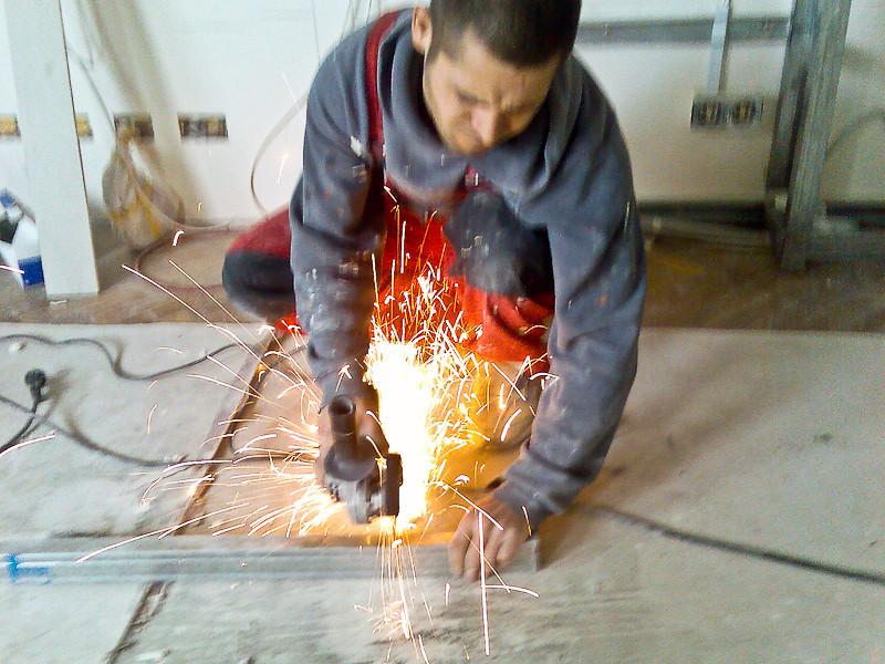 Peste 100 de metri de profil metalic am folosit pentru tavanul si peretele din gips carton.