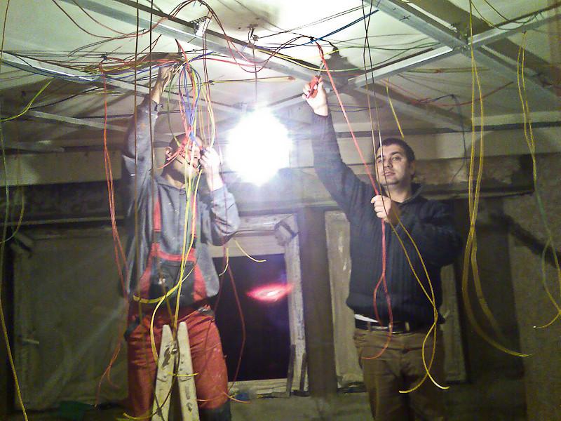 In jur de 600 metrii de fire am folosit pentru o singura camera.
