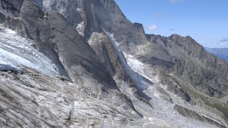 Blick aus der Route, drei Tage vor dem grossen Bergsturz: Den ganzen Tag über kleinere Bergstürze, die das grosse Ereignis ankündigen!