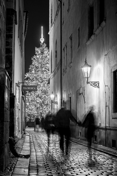 Walking down a narrow alley to the Old Town Square to see the Christmas tree and drink some Gluhwein! 1.5 sec at f/5.0, ISO 200 35mm