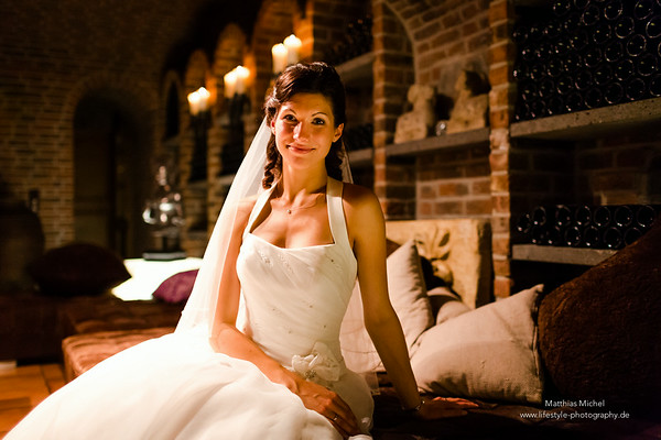 Ein Portrait der wunderschönen Braut während der Party im Hotel Schloss Friedestrom in Zons