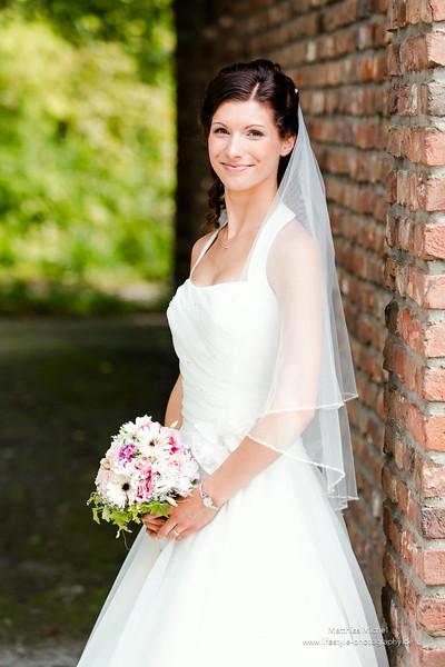 Eine wunderschöne Braut mit Brautstrauß in Grevenbroich