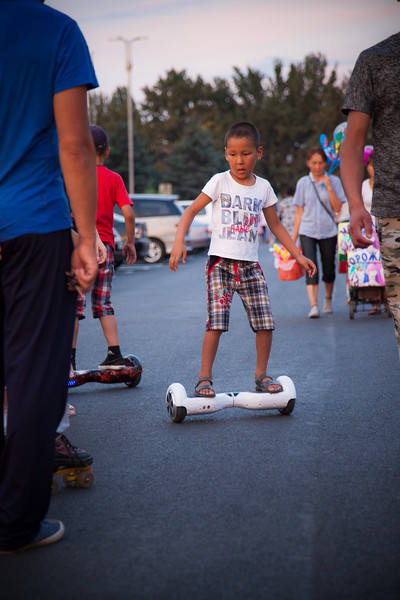 A very popular entertainment is to rent different toys and devices, from skates, to bikes, golf carts or even horse carriages. Here scooters and the newest sensation: hoverboards. A ride of 10 minutes costs 100 som, around 1,30 EUR.